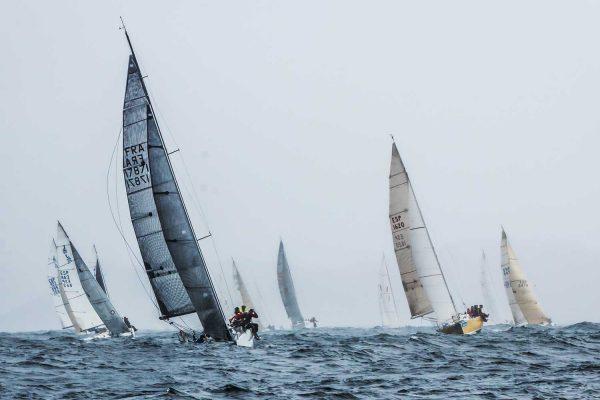 Os barcos máis pequenos navegaron ata o Camouco en Ons // Foto © Rosana Calvo