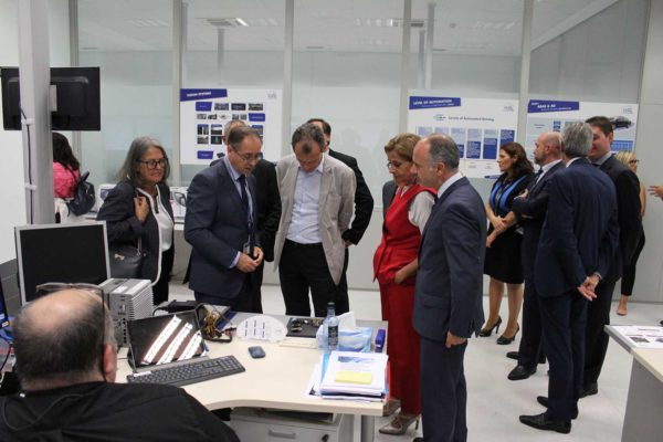 Pedro Duque, Carmela Silva e David Regades na visita ao CTAG