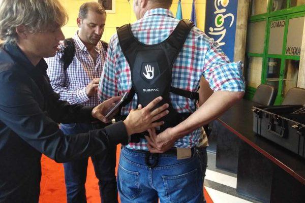 Roi Casal axuda ao alcalde de Nigrán, Juan González, a colocarse unha das mochilas
