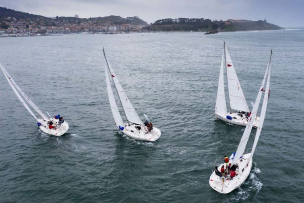 Dez equipos alterándose en seis barcos competindo na baía de Baiona / Foto: ©María Muiña