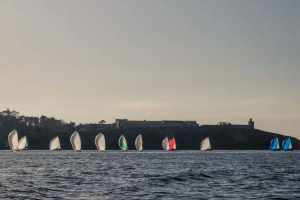 A frota de J80 fronte ao parador de Baiona / Foto: ©Rosana Calvo